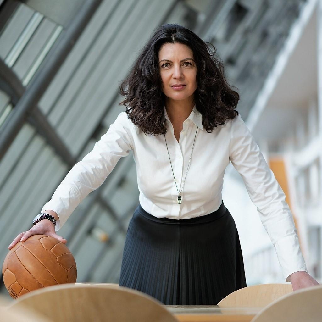 Frau Business mit Fußball